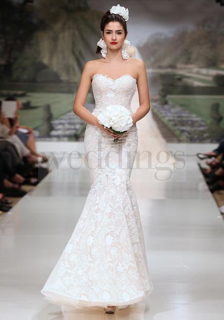 ... con tessuti preziosi e modelli di abito da sposa fascianti e a sirena