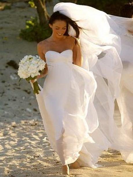3a51dfa240e2 Un lavoro straordinario quello compiuto dalla maison italiana per quanto  concerne gli abiti da matrimonio. abiti da sposa armani