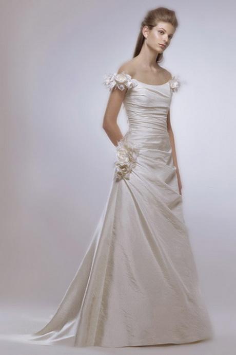 sposa con manica corte con fiore bassa coda a strascico