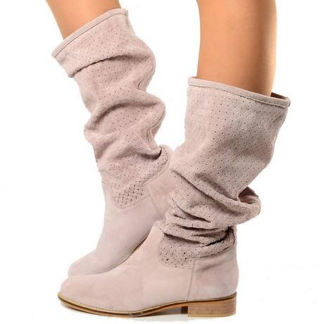La collezione di stivali estivi è stupefacente! Immancabili nel guardaroba della fashion lover più attenta, queste calzature per la bella stagione rappresentano un pezzo chiave per outfit dal carattere forte.